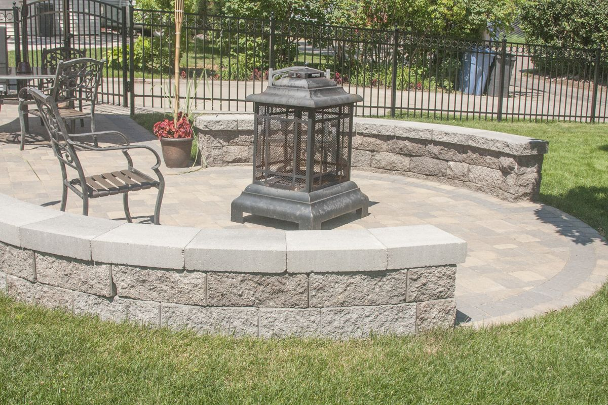 The circular dining patio was created with Willow Creek Circlestone in Lakeshore blend with a contrasting Cobblestone black border as well.